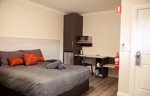 Dukes Inn Quarters bedroom -481